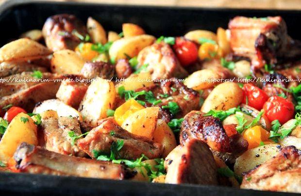 Приготовление свиных ребрышек с овощами в духовке начнем с ребрышек.