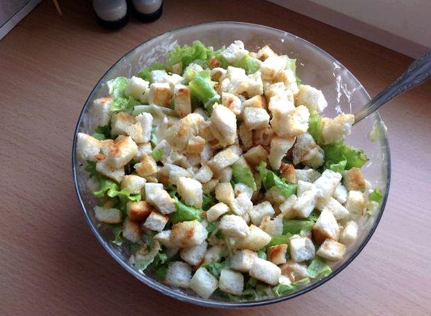 Салат греческий с курицей и сухариками рецепт