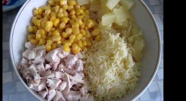 Салат из курицы с ананасом и кукурузой рецепт