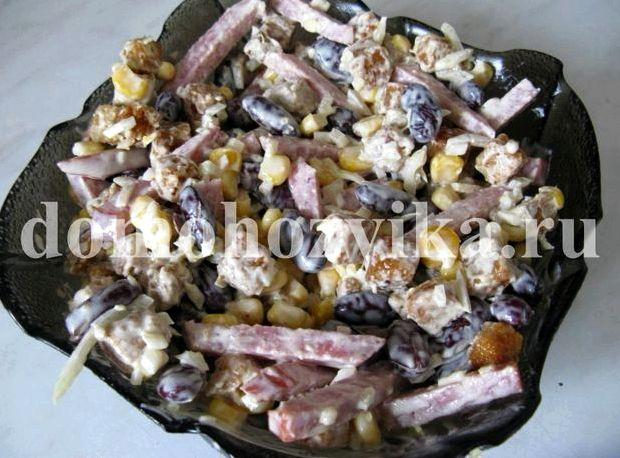Салат с колбасой кукурузой и сухариками и фасолью рецепт с фото