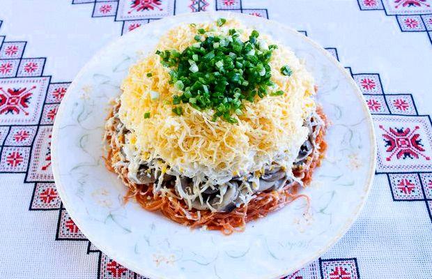 Салат с корейской морковью и курицей и грибами фото рецепт