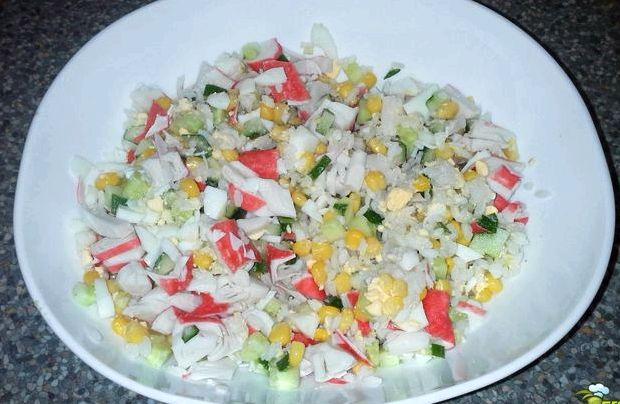Салат с крабовых палочек с рисом и кукурузой и огурцом рецепт