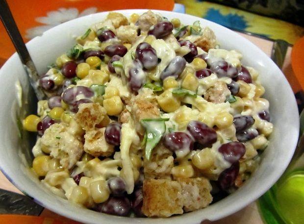 Салат с красной фасолью и сухариками рецепт
