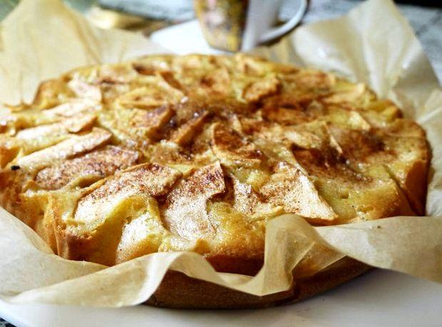 Шарлотка на кефире с яблоками: классический рецепт и его